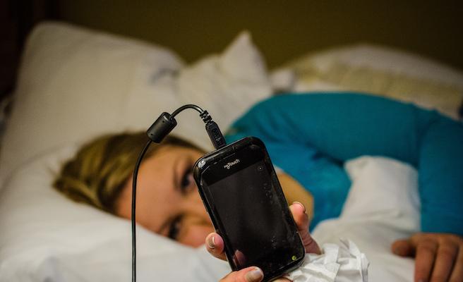 usando smartphone na cama