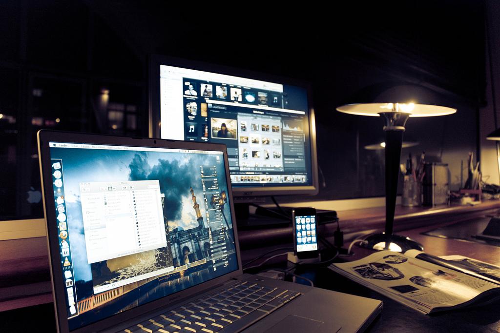 trabalhar em casa de noite no mac e smartphone